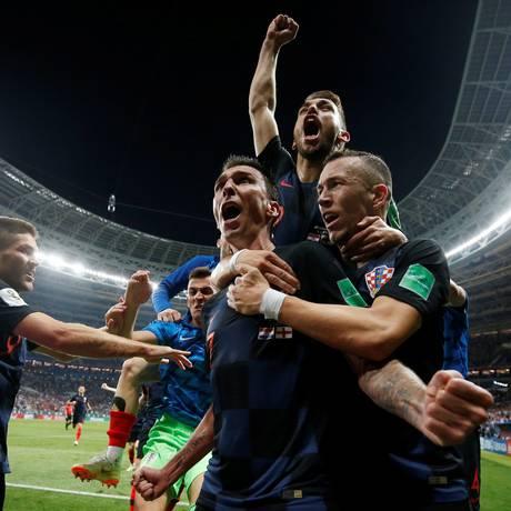 Mandzukic, ao centro, é abraçado por companheiros ao marcar o gol decisivo na prorrogação Foto: CARL RECINE / REUTERS