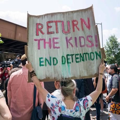 Manifestantes em Nova York pedem a união de famílias de migrantes separadas Foto: DON EMMERT / AFP