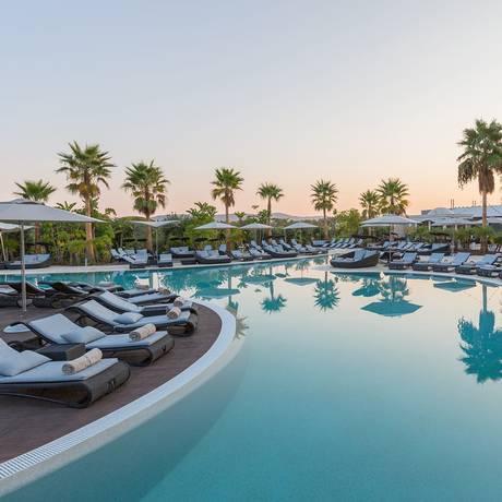 Piscina do Conrad Algarve na Quinta do Lago, no Algarve, o melhor resort lifestyle da Europa, segundo o World Travel Awards Foto: Reprodução