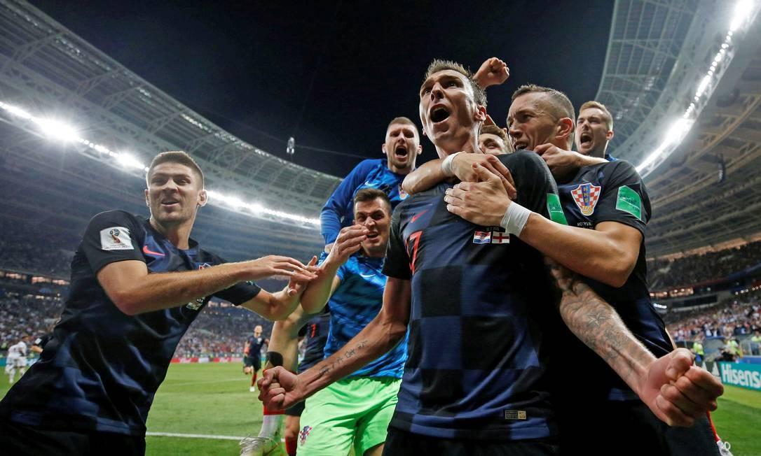 O atacante Mario Mandzukic comemora o gol da vitória croata no jogo CARL RECINE / REUTERS