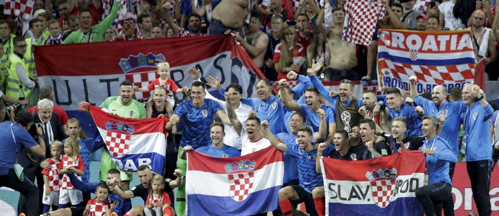Elenco croata faz festa com a classificação para a final da Copa Foto: Marcelo Theobald / O Globo