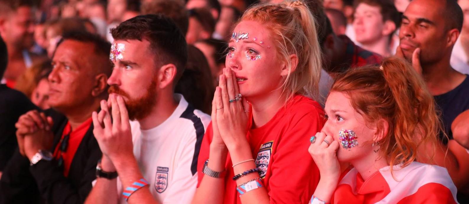 No Hyde Park, torcedores choram após a derrota da Inglaterra na semifinal da Copa do Mundo Foto: SIMON DAWSON / REUTERS