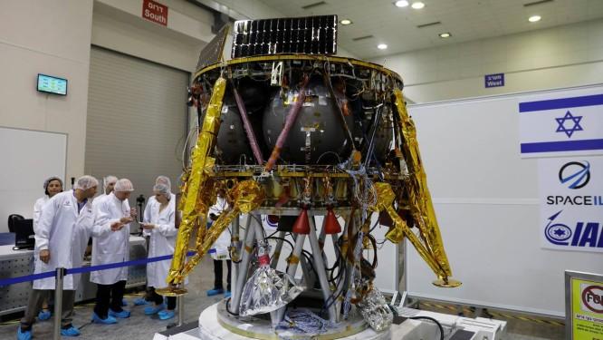 Cientistas israelenses junto ao módulo que pretendem pousar na Lua em fevereiro do ano que vem, e que deverá ser lançado em dezembro em foguete da empresa americana SpaceX Foto: REUTERS/RONEN ZVULUN