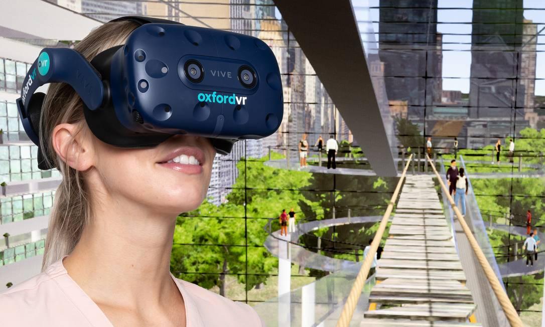Mulher com os óculos de realidade virtual usado no tratamento e o cenário de um dos 'desafios' que os pacientes tiveram que enfrentar na terapia, caminhar sobre uma plataforma a vários 'andares' de altura Foto: Divulgação/Oxford VR/KEITH BARNES