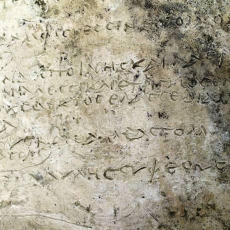 A inscrição da 'Odisseia' encontrada em placa de argila na Grécia Foto: HANDOUT / REUTERS
