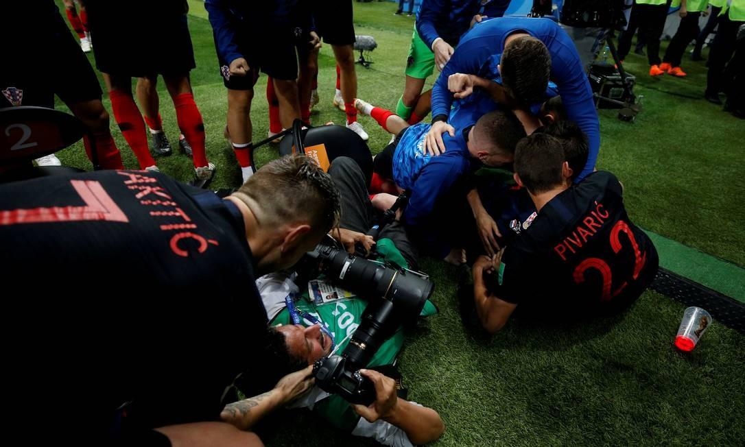 O fotógrafo Yuri Cortez foi derrubado pelos jogadores da Croácia após o segundo gol contra a Inglaterra Foto: CARL RECINE / REUTERS