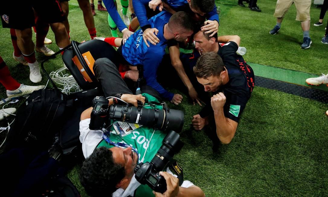 A foto por outro ângulo: como Cortez continuou fotografando, mesmo no chão Foto: CARL RECINE / REUTERS