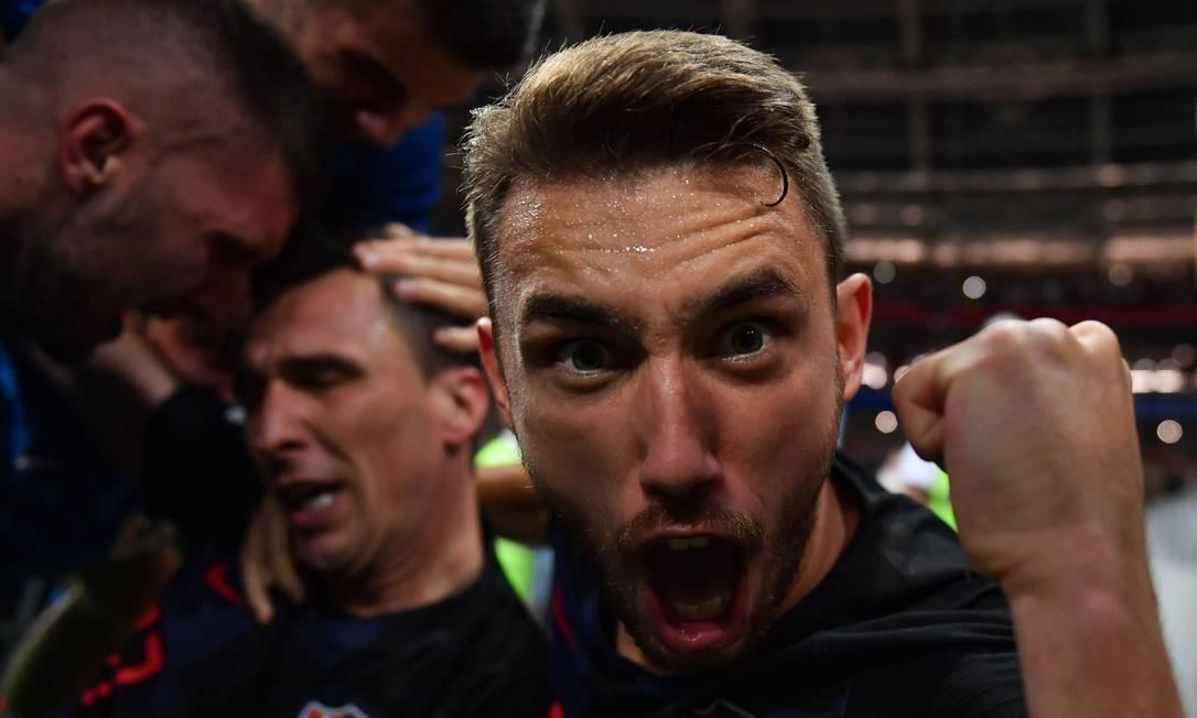 Mesmo no chão, o fotógrafo não parou de clicar, e conseguiu registrar a vibração de Josip Pivaric Foto: YURI CORTEZ / AFP