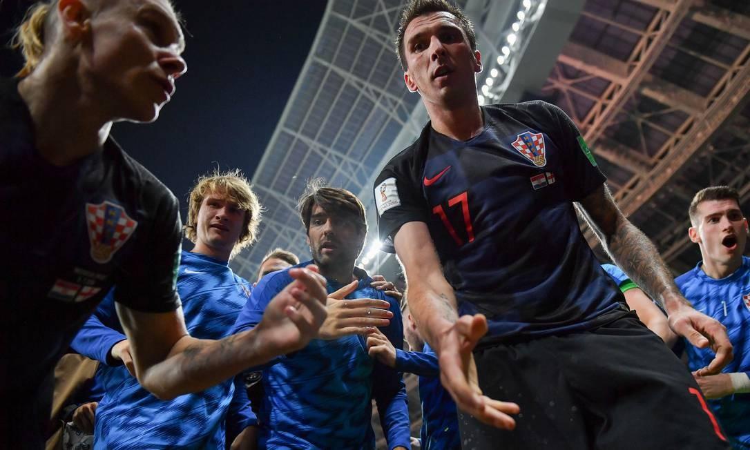 Mesmo com a alegria do gol, o atacante da Juventus teve tempo para ajudar o fotógrafo a se levantar Foto: YURI CORTEZ / AFP