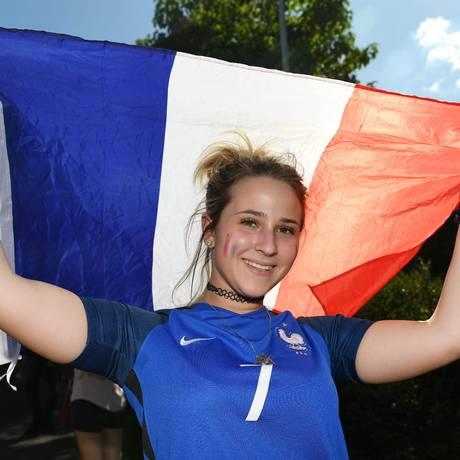 Mulher posa com bandeira francesa durante partida da França na Copa do Mundo Foto: SEBASTIEN BOZON / AFP