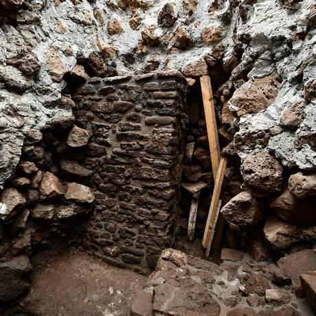 Uma pilastra foi encontrada no interior da pirâmide principal de Teopanzolco Foto: RONALDO SCHEMIDT / AFP