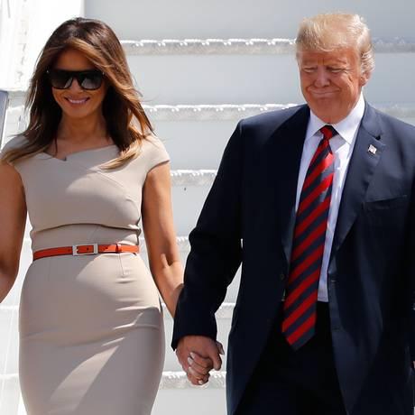 O presidente americano Donald Trump e a primeira-dama Melania Trump desembarcam na Inglaterra Foto: TOLGA AKMEN / AFP