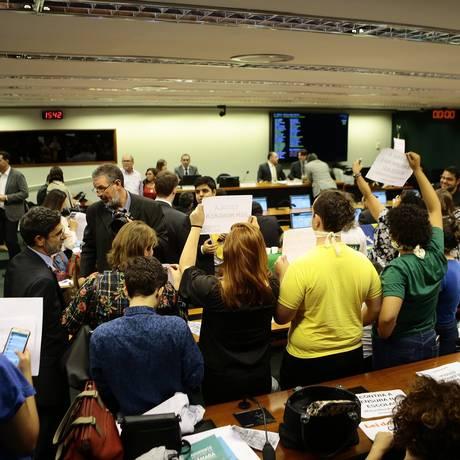 Comissão especial para votar o Projeto Escola Sem Partido na Câmara terminou em confusão, o que levou os parlamentares a adiarem a votação Foto: Jorge William / Agência O Globo