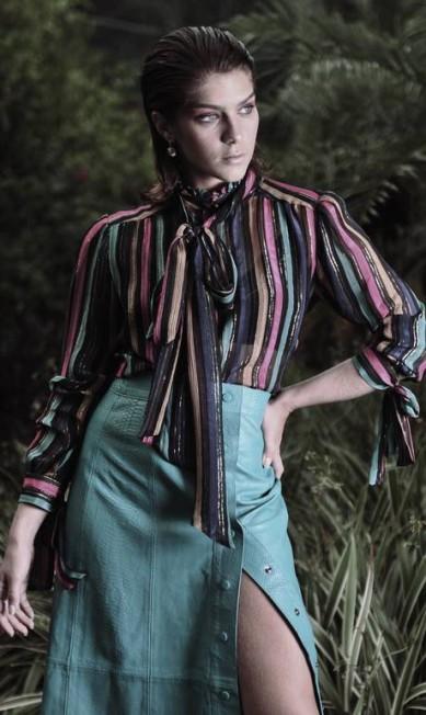 Isabella Santoni usa blusa e saia Eva; brinco Swarovski. Styling: Bruna Franklin. Beleza: Nathalie Billio. Locação: Lajedo Casa de Festas Yuri Graneiro