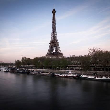 A Torre Eiffel, que fechará no domingo por conta da final da Copa do Mundo Foto: LIONEL BONAVENTURE / AFP