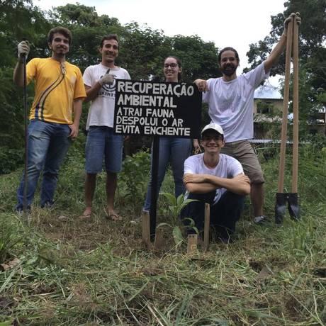 Integrantes do Revive Jacarepaguá numa ação de plantio Foto: Divulgação