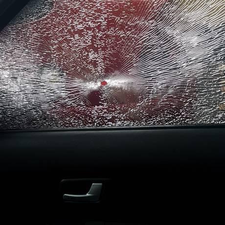Bala perdida atingiu janela de carro na Grajaú-Jacarepaguá Foto: Reprodução/OTT-RJ