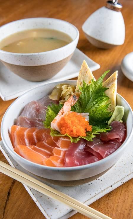 O Tirashi é feito com arroz de shari e gergelim coberto com fatias de salmão, atum, peixe, camarão, ovas de massago, gengibre e tamagoyaki, uma espécie de omelete japonesa (R$ 45, no menu executivo), no Gurumê (3325-9960) Foto: Tomás Rangel / Divulgação