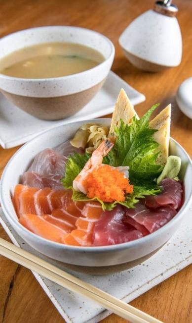 O Tirashi é feito com arroz de shari e gergelim coberto com fatias de salmão, atum, peixe, camarão, ovas de massago, gengibre e tamagoyaki, uma espécie de omelete japonesa (R$ 45, no menu executivo), no Gurumê (3325-9960) Tomás Rangel / Divulgação