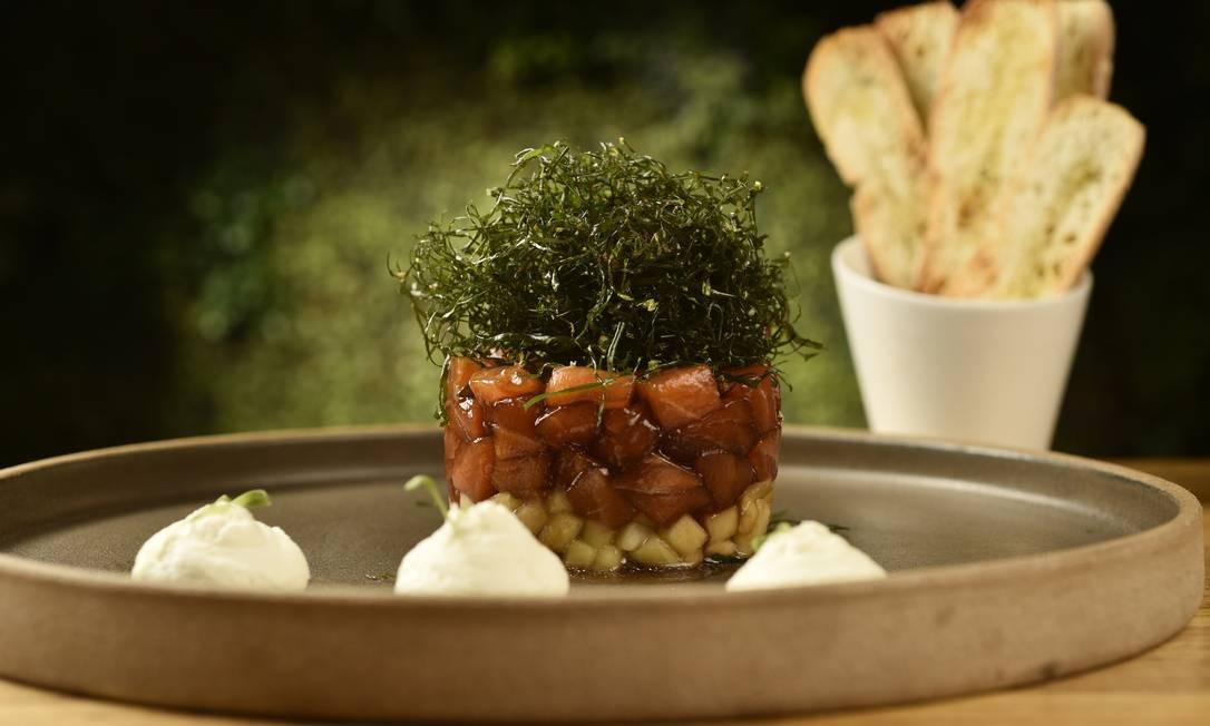 Entre as opções de entrada do Érico (3435-7594), o tartare de salmão em redução de gengibre, pepininho agridoce e crispy de couve (R$ 36) Foto: Bruno de Lima / Divulgação