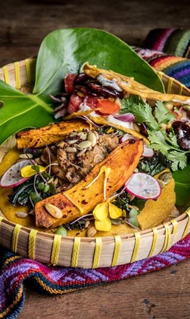 """O .Org Bistrô (2493-1791) serve porções com um taco de kale no gengibre, """"carne"""" de jaca e abóbora assada com especiarias e outro de feijão mexicano e sour cream (R$ 46, a dupla) Tomás Rangel / Divulgação"""