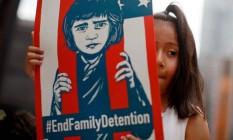 Em 30 de junho, menina protesta contra separação de famílias e detenção de menores imigrantes nos EUA Foto: JIM YOUNG / AFP
