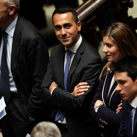 Luigi Di Maio (ao centro): 'adeus aos vitalícios', escreveu líder do Movimento Cinco Estrelas no blog do partido Foto: Tony Gentile / REUTERS