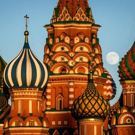 Lua cheia atrás da Catedral de São Basílio, grande atração da Praça Vermelha, em Moscou Foto: MLADEN ANTONOV / AFP