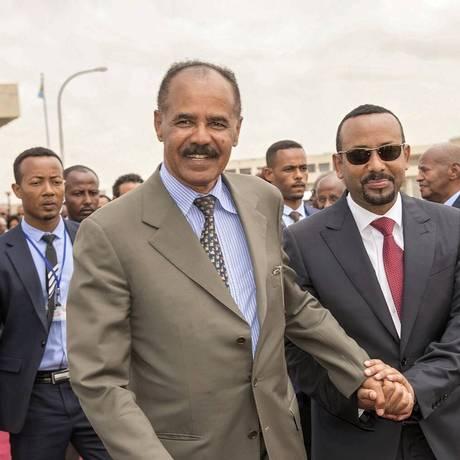 Primeiro-ministro Abiy Ahmed (direita), cumprimenta presidente eritreu, Isaias Afwerki, em visita à capital da Eritreia, Asmara. Foto: SOCIAL MEDIA / REUTERS