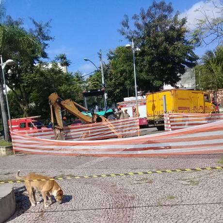 Bombeiros trabalharam na retirada dos corpos em praça em Santa Cruz Foto: Reprodução/Página Informações RJ