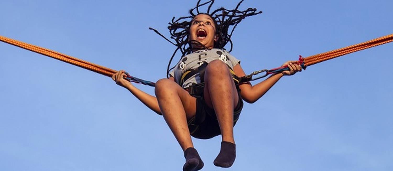 Menina se diverte no parque de diversões Arena Park, no Maracanã Foto: Leo Martins / Agência O Globo