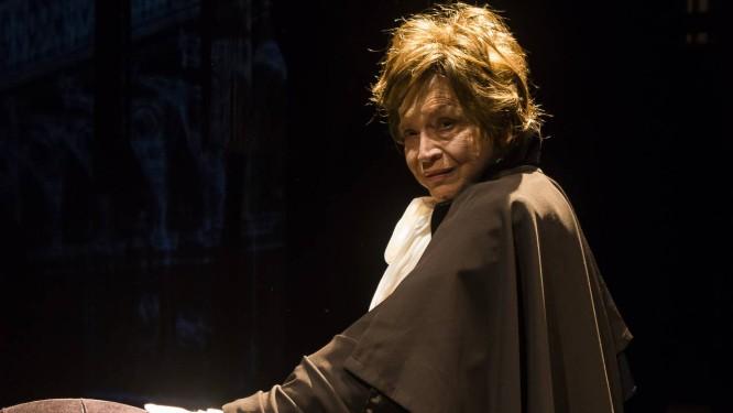 A atriz Nathalia Timberg, em cena de monólogo Foto: Juliana Alabarse / Divulgação