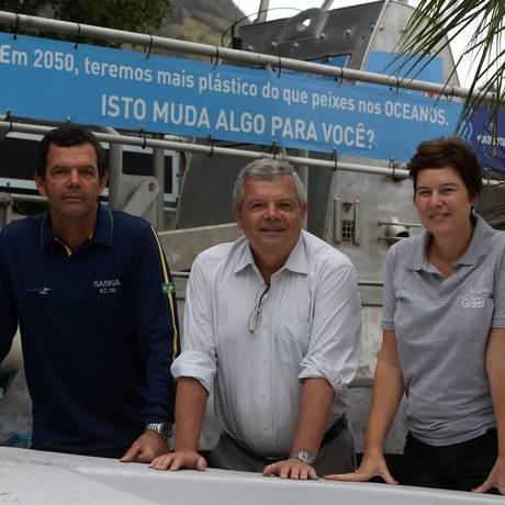 Em família. Torben Grael, Axel Grael e Christa Grael, mulher de Axel e gerente executiva Foto: Custódio Coimbra / Agência O Globo