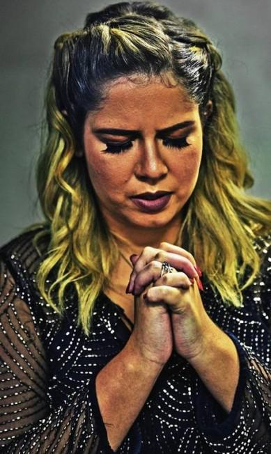 A cantora faz uma oração antes de entrar no palco: cena se repete nos cerca de 20 shows que faz por mês Pedro Farina