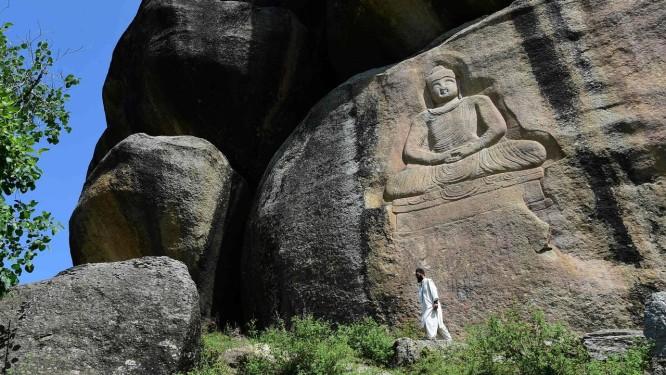 Paquistanês passa pela estátua de Buda em Jahanabad, no Vale do Swat: alvo do Talibã Foto: ABDUL MAJEED / AFP