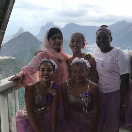 Dia de alegria. Ativista levou adolescentes para conhecer Pão de Açúcar e conversar sobre desafio de ir à escola sob tiros no Complexo do Alemão em viagem especial Foto: Reprodução
