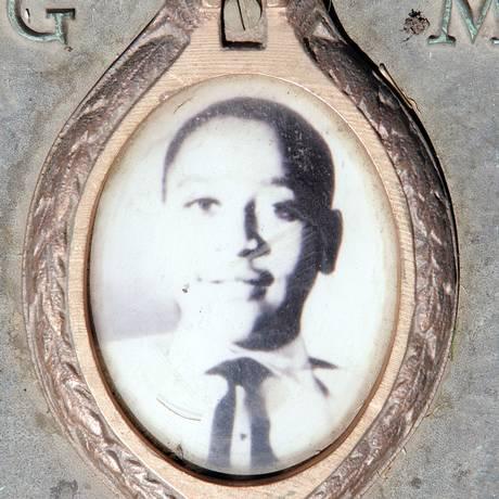 Foto de Emmett Till em uma placa no cemitério onde está enterrado Foto: SCOTT OLSON / AFP