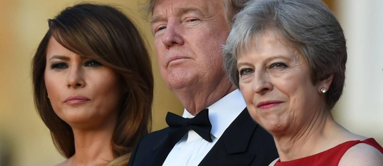 A primeira-dama dos EUA, Melania Trump, ao lado de Trump e da premier britânica, Theresa May Foto: GEOFF PUGH / AFP