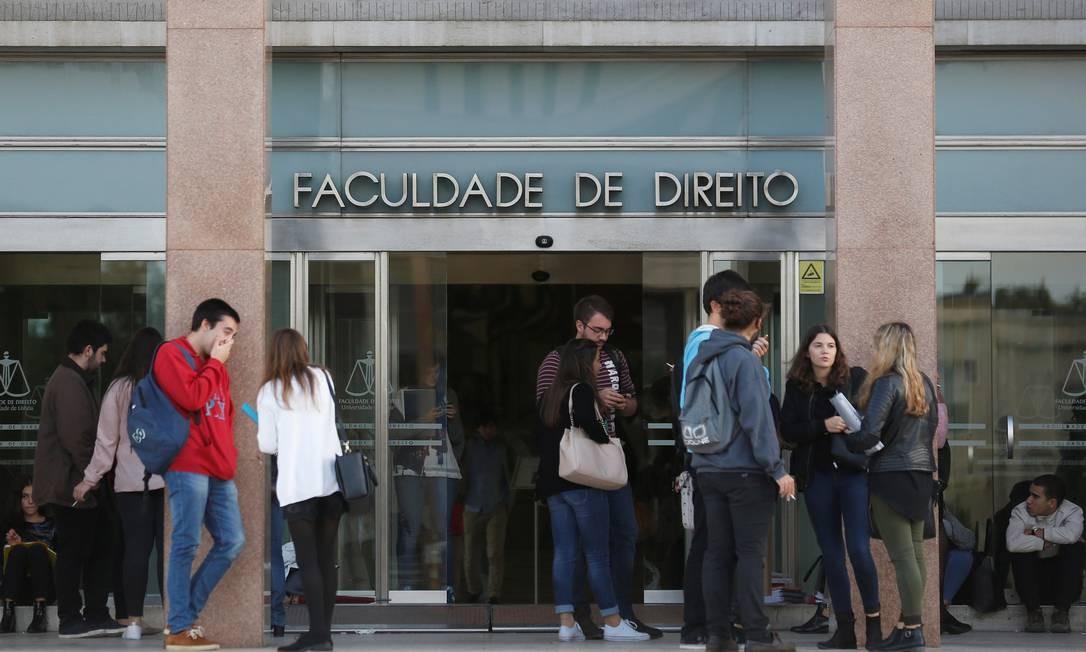 Estudantes conversam diante da Faculdade de Direito da Universidade de Lisboa: procura de brasileiros por instituições de ensino superior em Portugal, onde muitas aceitam o Enem, deu salto nos últimos anos Foto: Rafael Marchante / Reuters/2-10-2016