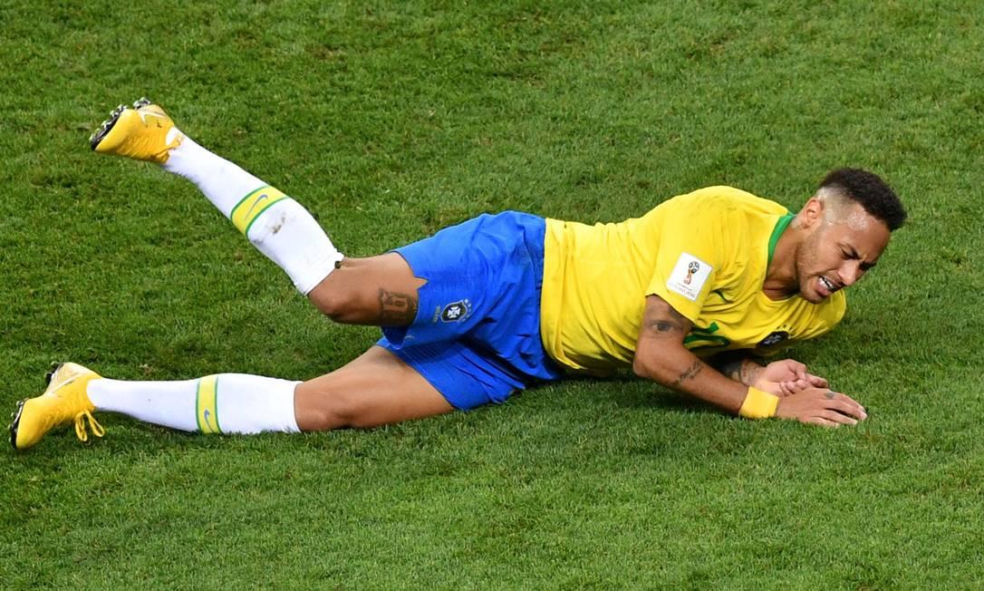 Neymar ficou marcado pelas diversas quedas na Copa Foto: SAEED KHAN / AFP