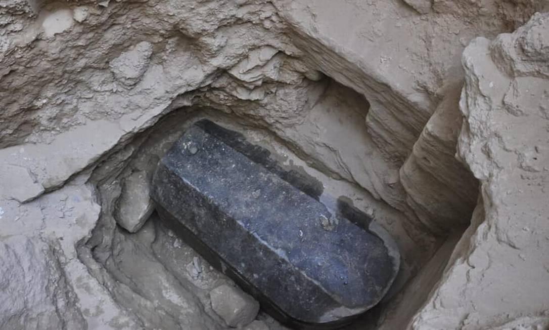 O sarcófago de granito foi encontrado a cinco metros de profundidade Foto: / Ministério de Antiguidades