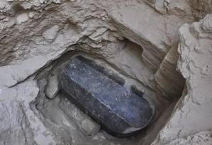 O sarcófago de granito foi encontrado a cinco metros de profundidade Foto: Ministério de Antiguidades