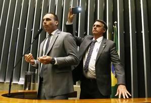 O deputado federal Eduardo Bolsonaro (PSC-SP) é filmado pelo pai, Jair Bolsonaro (PSC-RJ), durante discurso sobre a obrigatoriedade de impressão do voto Foto: Ailton de Freitas / Agência O Globo (04/10/2017)