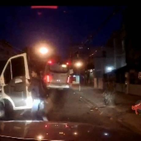 Os bandidos abordando a van Foto: Reprodução de vídeo