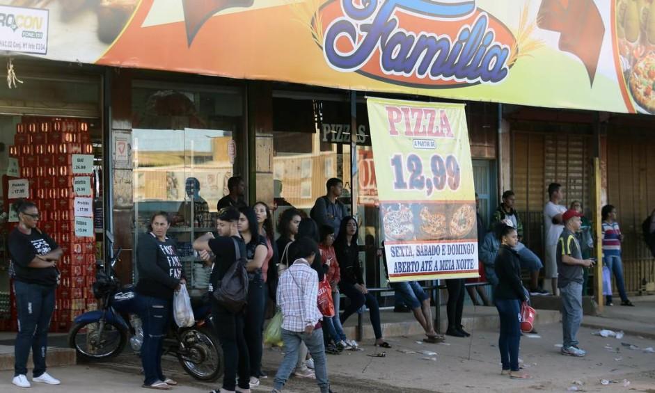 Comércio se concentra nas ruas pavimentadas Foto: Jorge William / Agência O Globo
