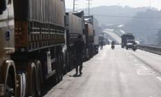 Caminhoneiros parados na Rodovia Regis Bittencourt km 279. Foto Marcos Alves / Agência O Globo Foto: Marcos Alves / Agência O Globo