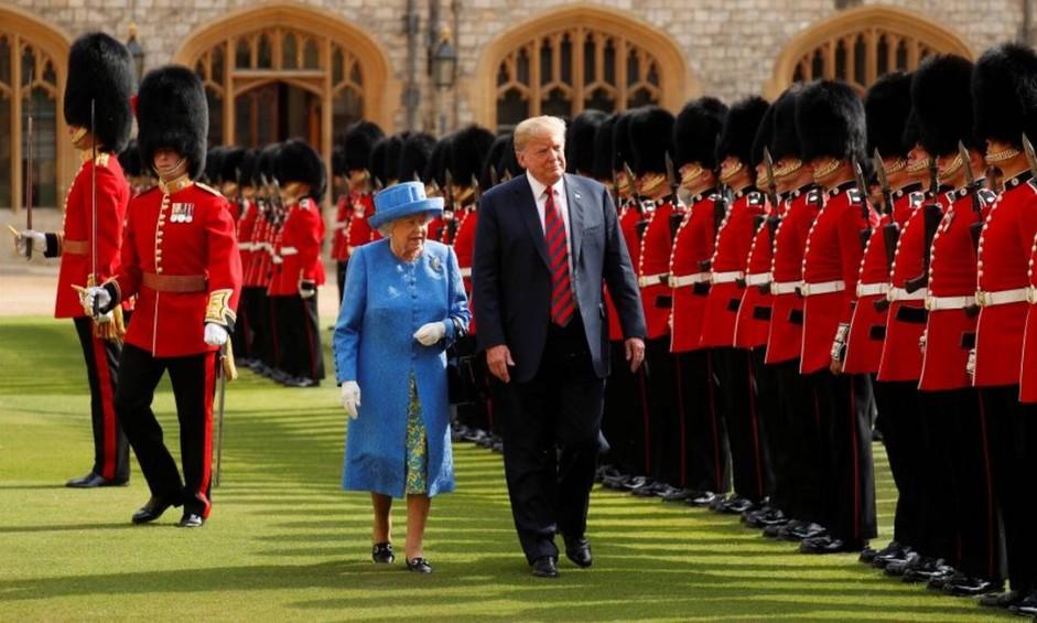 Presidente Donald Trump e Rainha Elizabeth caminham lado a lado no Castelo de Windsor, no Reino Unido; visita do americano provocou polêmica no país em tempo de laços estremecidos Foto: KEVIN LAMARQUE / REUTERS