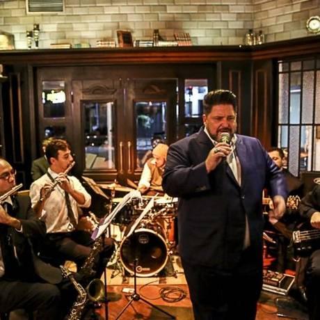 Soltando a voz. Hasselmann com a Sampa Combo Band: Sinatra em Niterói Foto: GUTO MARQUES guto_marques@yahoo.com.br (11) 98180-6567 / Divulgação/Guto Marques
