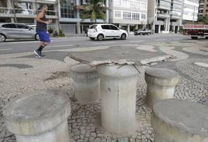 Mesa quebrada no calçadão da Praia de Icaraí em frente ao número 276 tem vergalhões pontiagudos à mostra, expondo frequentadores a riscos de acidentes Foto: Agência O Globo / Marcio Alves