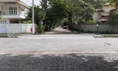 A Rua das Camélias é cortada pela Avenida Mathias Sandri: de um lado, paralelepípedos; do outro, terra Foto: Márcio Alves / Agência O Globo
